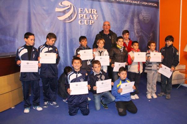 Los becados recogen su título en la celebración de la Fair Play Cup Foto: www.fundacionfairplay.com